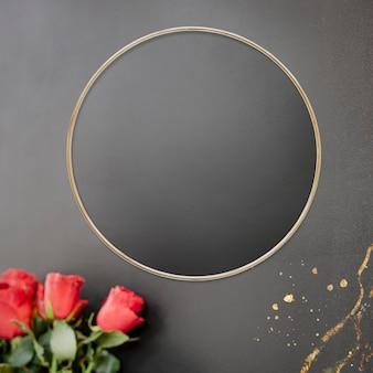 Золотая цветочная рамка на черном фоне
