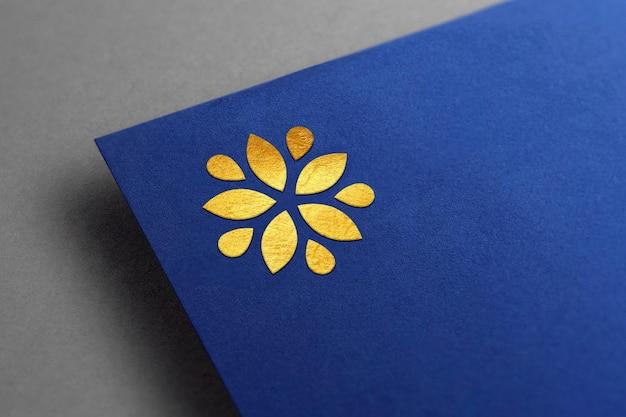 Макет золотого логотипа на синей крафт-бумаге