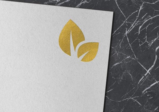 Макет золотого логотипа на бумаге