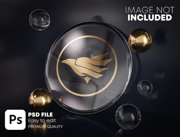 Золотой логотип макет на круглом стекле между золотом и стеклянными пузырьками. черный фон.