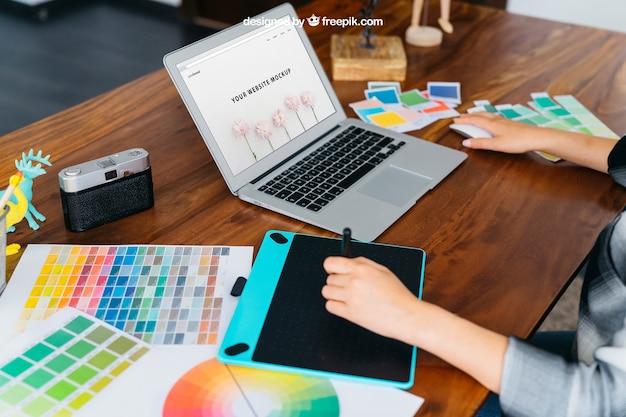 グラフィックタブレットとラップトップを備えたグラフィックデザイナーモックアップ