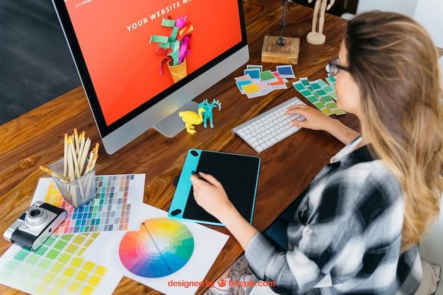 モニターと女の子とグラフィックデザイナーモックアップ