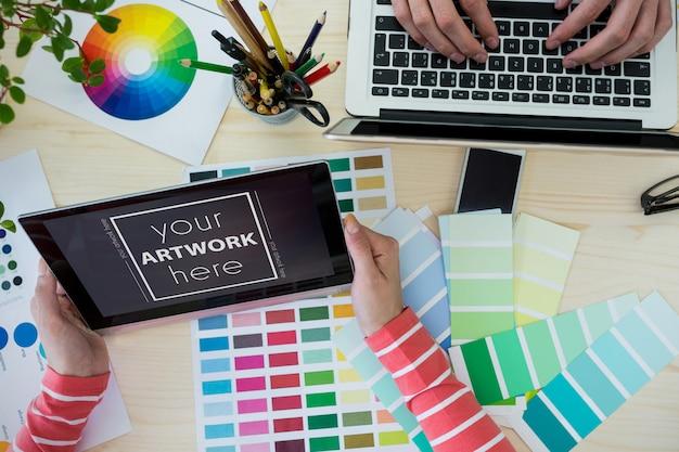 Графический дизайнер работает за своим столом