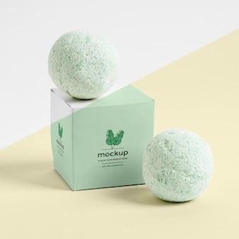 녹색 목욕 폭탄 및 상자 배열