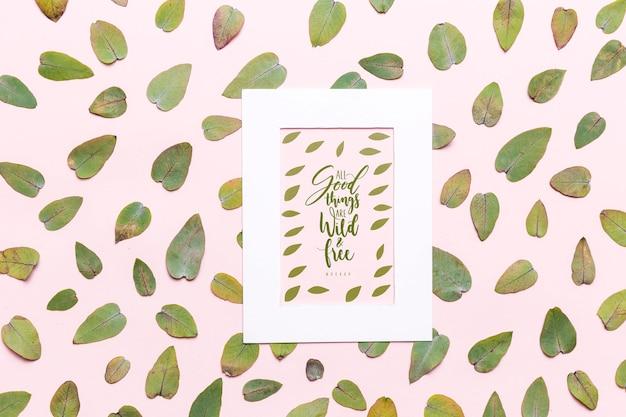 フレームのモックアップと緑の葉