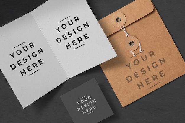 グリーティングカードと封筒のモックアップ