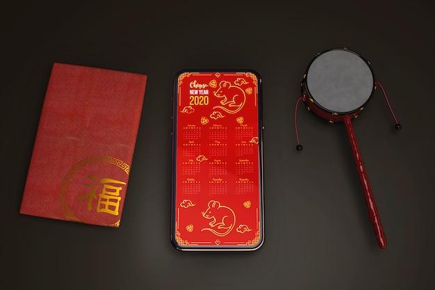 Поздравительная открытка и мобильный на столе