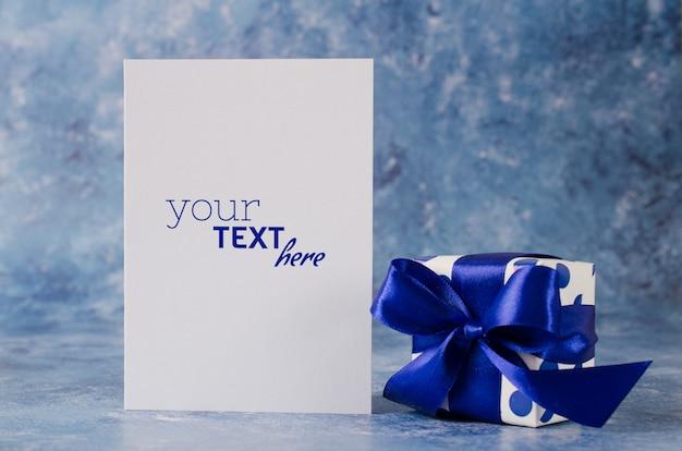 아버지의 날 또는 생일 인사말 카드. 빈 백서와 선물 상자