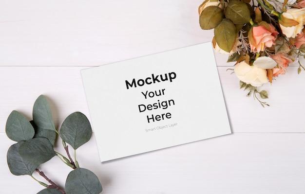 인사말 카드 모형 및 꽃 나무 테이블에