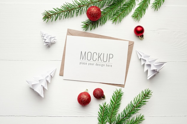 크리스마스 장식 및 전나무 나무 가지와 인사말 카드 모형