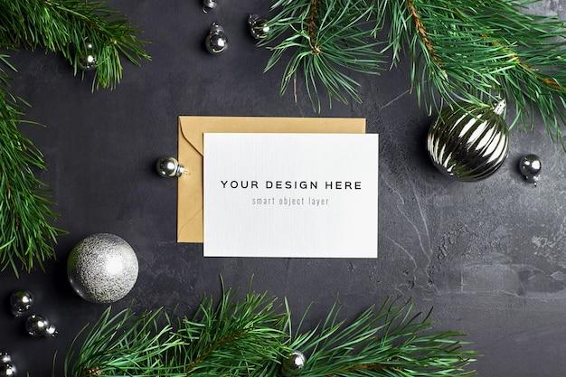 어둠에 크리스마스 장식과 소나무 가지와 인사말 카드 모형
