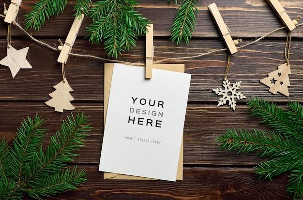 크리스마스 나무 장식과 전나무 나무 가지와 인사말 카드 모형