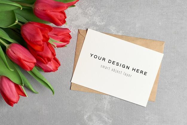 봉투와 빨간 튤립 꽃 꽃다발 인사말 카드 모형