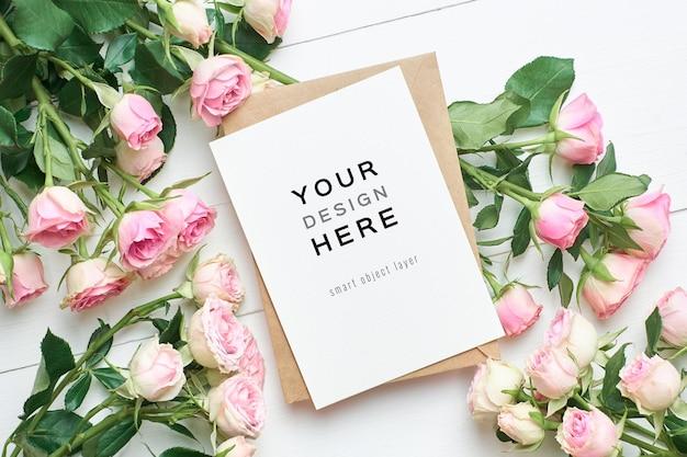 封筒とバラの花のグリーティングカードのモックアップ