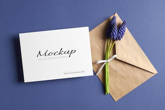 봉투와 봄 블루 muscari 꽃 인사말 카드 모형