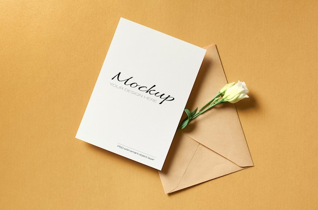 금에 봉투와 흰색 eustoma 꽃 인사말 카드 모형