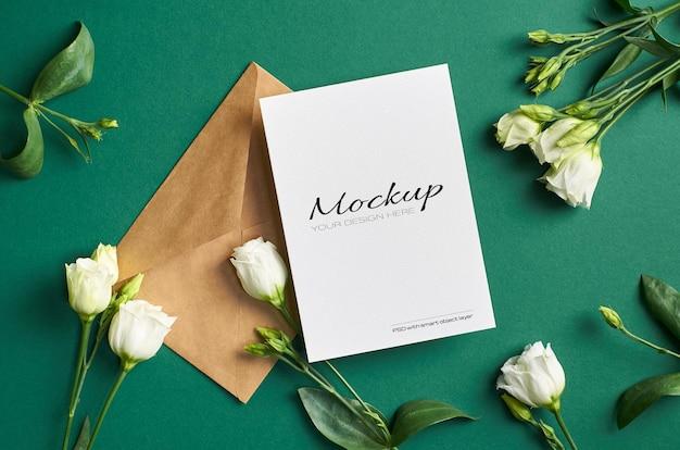 봉투와 흰색 eustoma 꽃 인사말 카드 모형