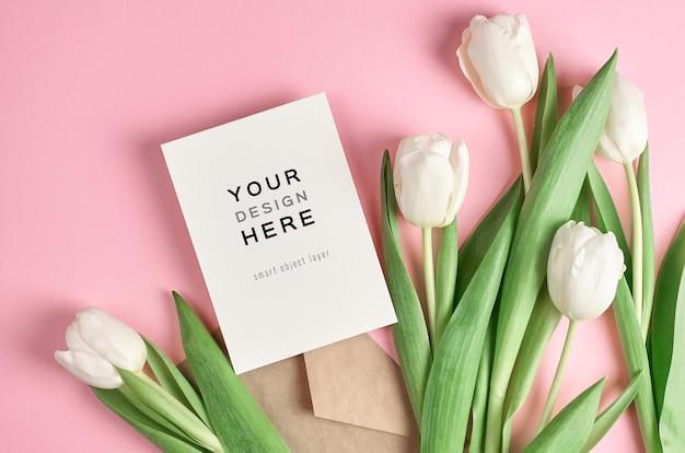 봉투와 흰색 튤립 꽃 인사말 카드 모형