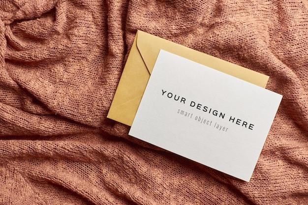 Макет поздравительной открытки с конвертом на вязаном фоне