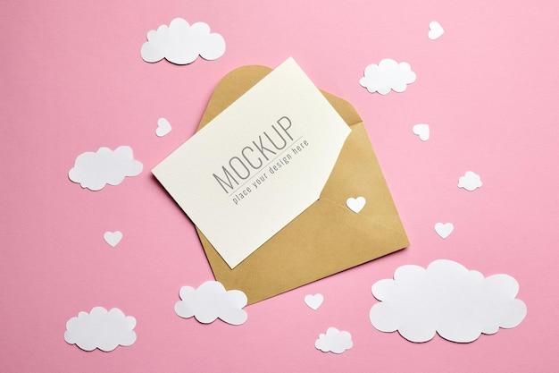 봉투, 종이 구름과 핑크 하트 인사말 카드 모형