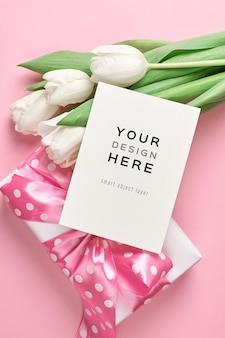 선물 상자와 흰색 튤립 꽃 꽃다발 인사말 카드 모형