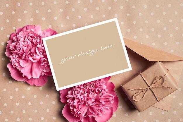 선물 상자, 봉투 및 분홍색 모란 꽃 인사말 카드 모형