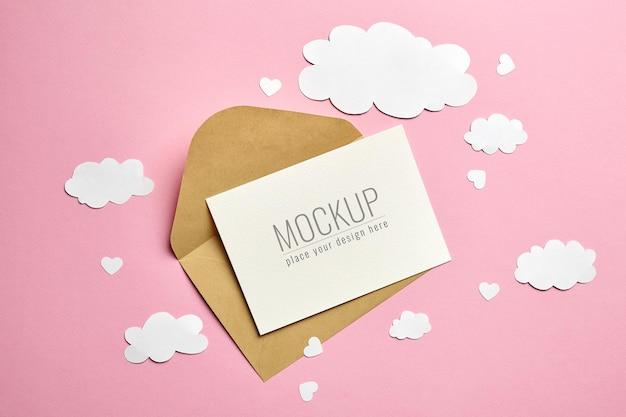 분홍색 표면에 종이 장식으로 인사말 카드 모형