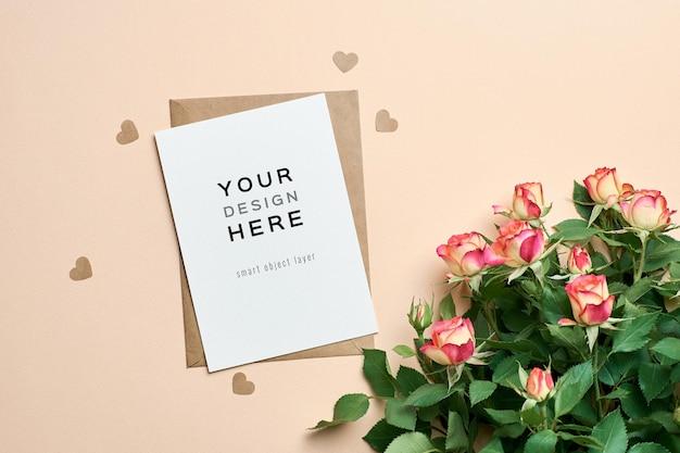 장미 꽃 꽃다발과 종이 마음으로 인사말 카드 모형