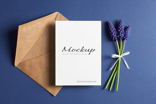 봄 블루 muscari 꽃 인사말 카드 모형