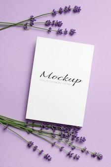 Поздравительная открытка или макет пригласительного билета со свежими цветами лаванды