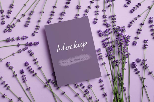 Поздравительная открытка или макет приглашения со свежими цветами лаванды
