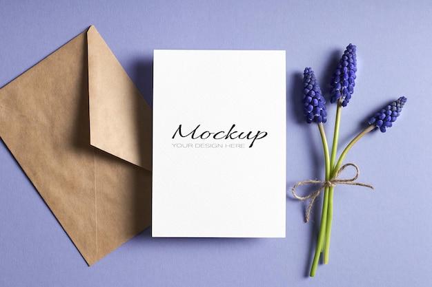 봉투와 봄 블루 muscari 꽃 인사말 카드 고정 모형