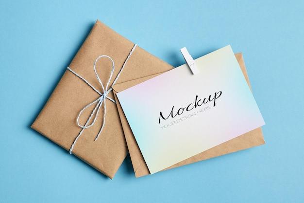 빨래 집게와 선물 끝 봉투가있는 인사말 카드 고정 모형 프리미엄 PSD 파일