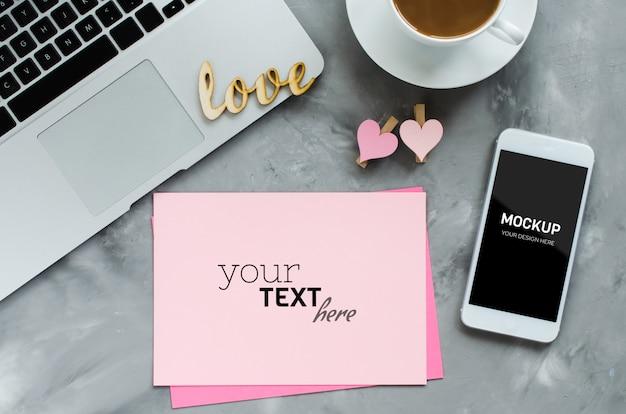 Открытка с ноутбуком, смартфон макет экрана и утренний кофе.