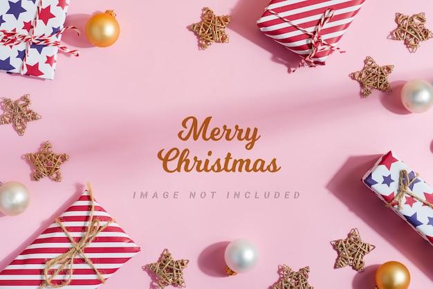 クリスマスのギフトボックスと装飾からの挨拶のモックアップ。