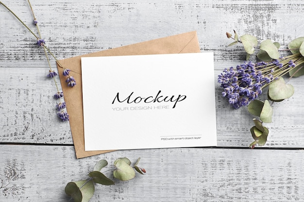 마른 라벤더와 유칼립투스가있는 인사말 또는 초대 카드 모형
