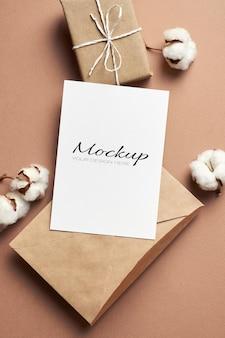 봉투, 선물 상자 및 목화 꽃 장식 인사말 또는 초대 카드 모형
