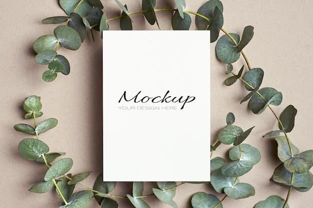 녹색 유칼립투스 나뭇 가지와 인사말 또는 초대 카드 모형