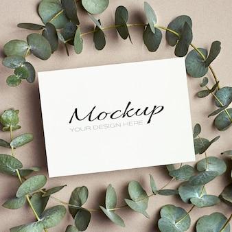녹색 유칼립투스 나뭇가지가 있는 인사말 또는 초대 카드 모형