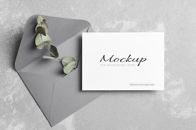封筒付きの挨拶または結婚式の招待カードのモックアップ