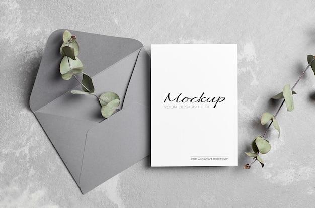 봉투와 함께 인사말 또는 결혼식 초대 카드 모형