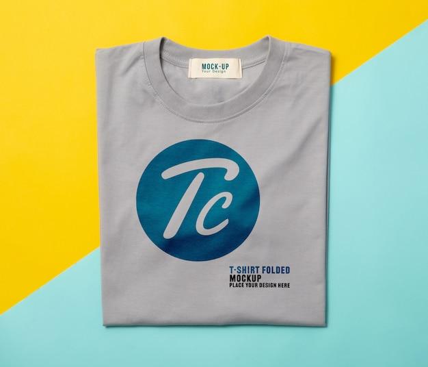 Макет серых сложенных футболок