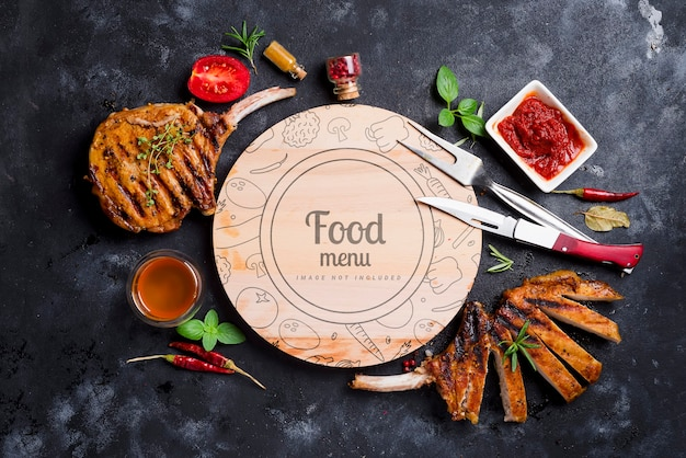 Мясо на гриле с шашлыком, су и медом, в центре круглая макетная доска