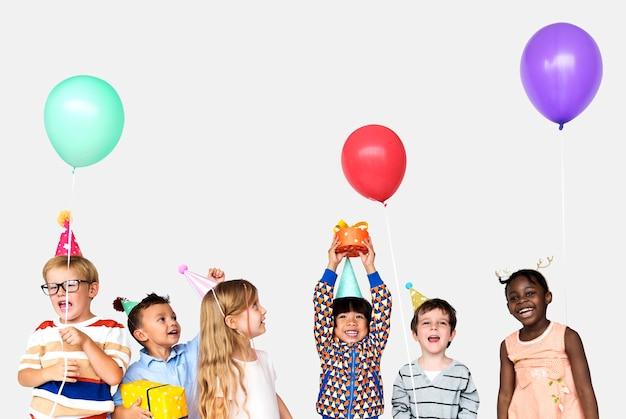 행복 한 다양 한 어린이 파티 개념의 그룹