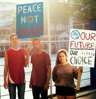 Группа подростков, протестующих против демонстрации с плакатами антивоенная справедливость