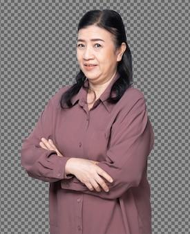 Половина тела портрет 60-х 70-х годов пожилой азиатской женщины черные волосы фиолетовая рубашка крест рука смотреть на камеру. старшая бабушка скрещивает руки с улыбкой и превращает вид спереди сбоку на белом фоне изолированы