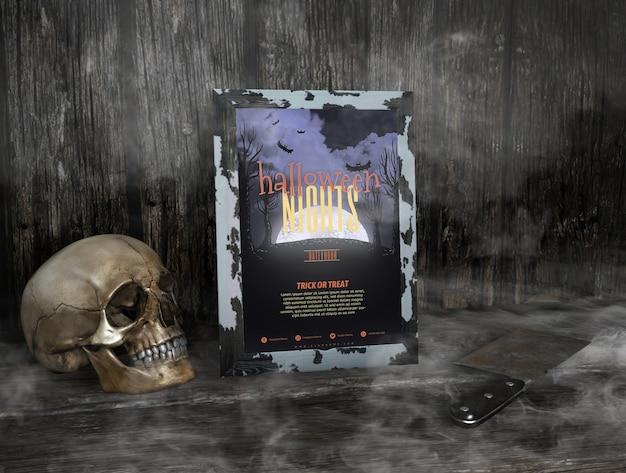 Le notti di halloween incorniciano il mock-up nella nebbia e nel cranio