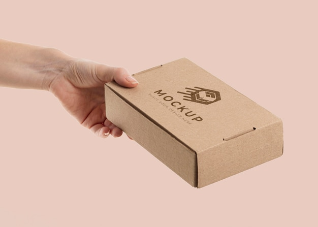 ボックスのモックアップを持っている手
