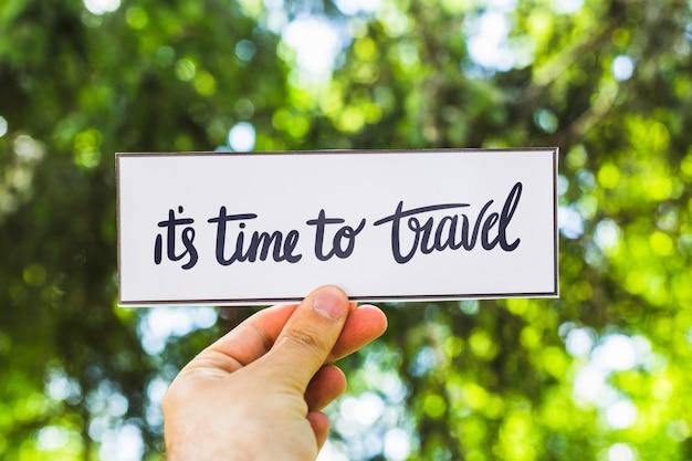 旅行の概念のための自然の中で紙を持っている手 無料 Psd