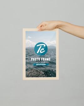 Рука шаблон фото рамка макет для вашего дизайна.